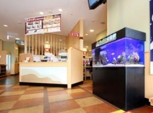 待合スペースに人気のお魚達と遊べます